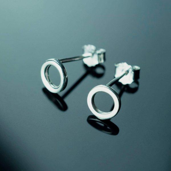 sidabriniai auskarai apskritimai